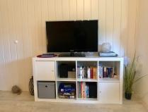 Flachbild-TV, DVD-Player, Hifi-Anlage, Bücher u. Spiele